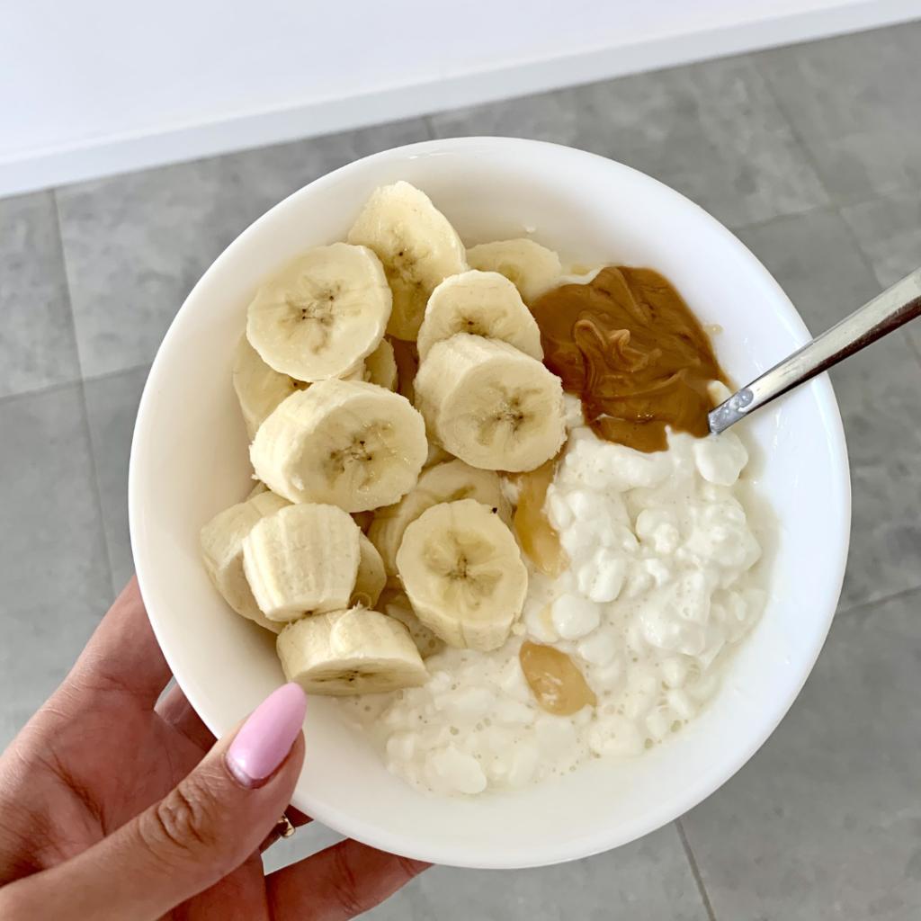 serek wiejski z bananem i masłem orzechowym