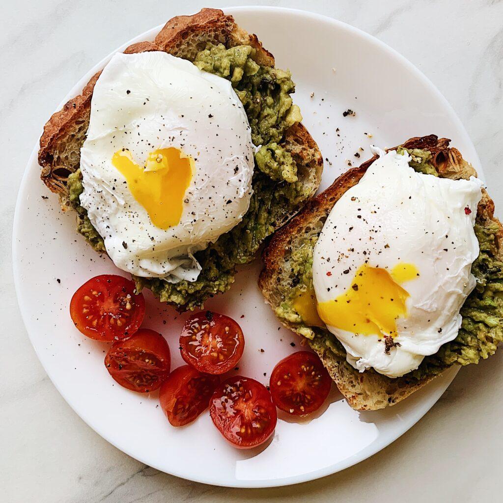 grzanki z awokado i jajkiem