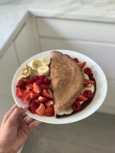 Omlet czekoladowy ze skyrem i owocami