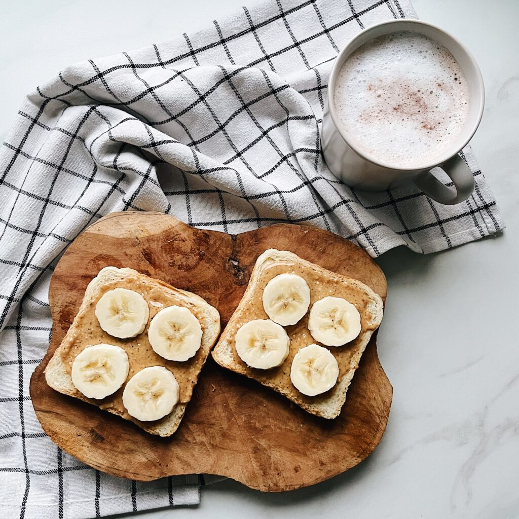 Ciepłe kakao + tost z masłem orzechowym i bananem